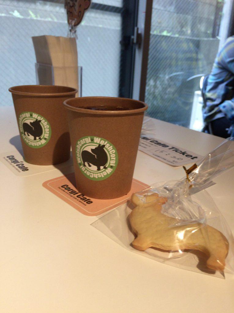 紅茶とコーギー形のクッキー