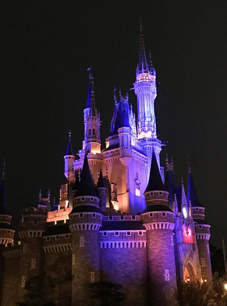 ディズニーランドの夜に見たシンデレラ城はとっても綺麗でした。