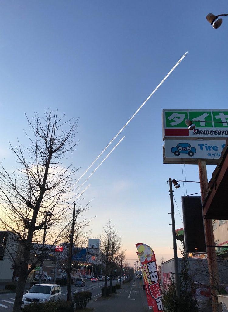 飛行機雲が3本